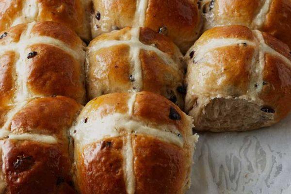 Hot cross buns: pãezinhos veganos doces de Páscoa