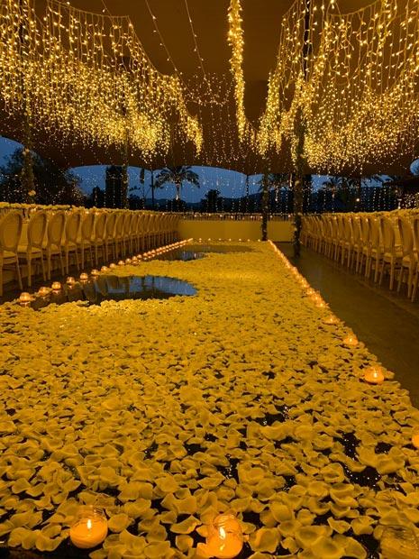 Atzaró Hotel decorado para o casamento, com muitas luzes e flores.