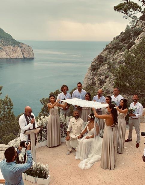 Os noivos posando na falésia do Hacienda Na Xamena, em Ibiza