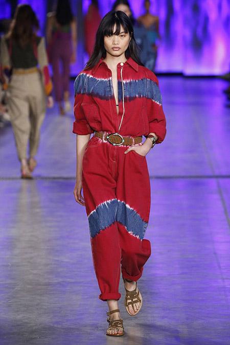 No desfile da Alberta Ferreti da MFW Primavera / Verão 20, modelo veste macacão vermelho com manchas azul tie-dye.