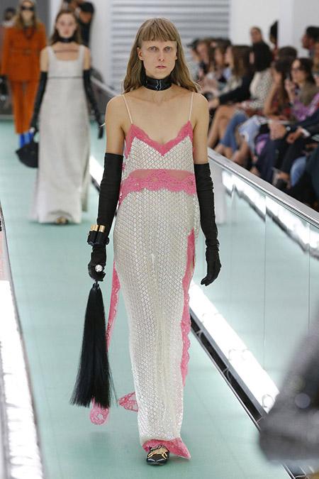 No desfile da Gucci da MFW Primavera / Verão 20, modelo veste vestido longo de alças branco e rosa e luvas compridas pretas.