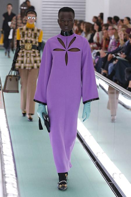 No desfile da Gucci da MFW Primavera / Verão 20, modelo veste vestido longo de mangas longas rosa.