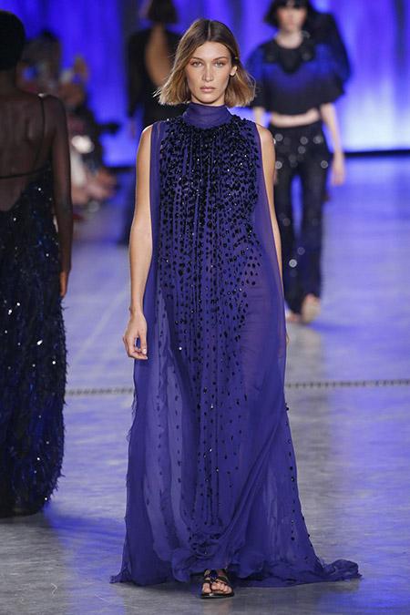 No desfile da Alberta Ferreti da MFW Primavera / Verão 20, Gigi Hadid veste vestido longo azul com bordados em preto.
