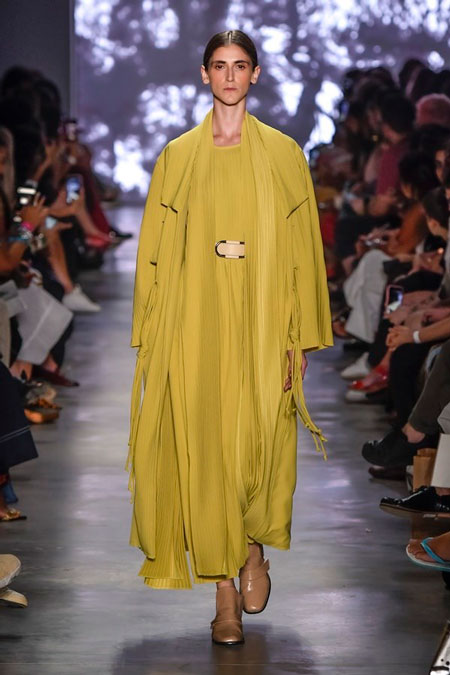 Modelo desfila vestido e tunica cocoon amarelos, no desfile da Neriage da SPFW N48.