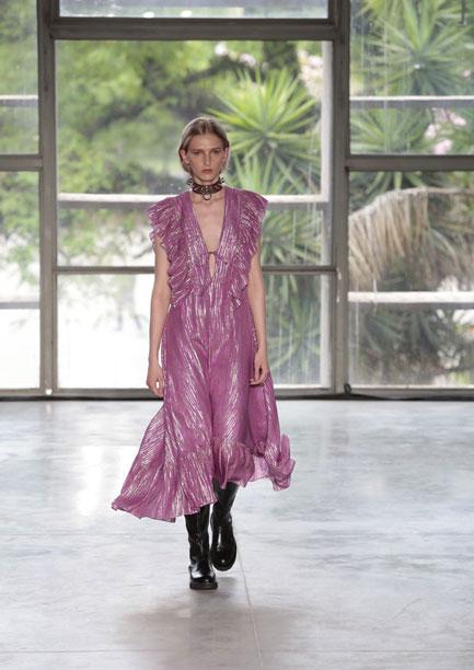 Modelo branca desfila vestido rosa com babados leves nos ombros, na passarela de Reinaldo Lourenço da SPFW N48.