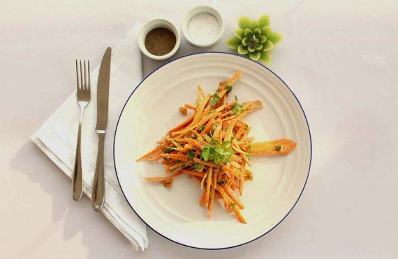 Noodles raw de cenoura com molho de caju, gengibre e limão