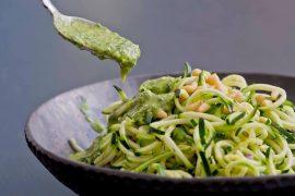 Receita de Noodles de Abobrinha Raw com Pesto de Abacate, gengibre e coentro