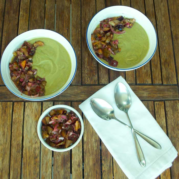Receita de Sopa Fria de Abacate servida com Pico de Galo de Ameixa