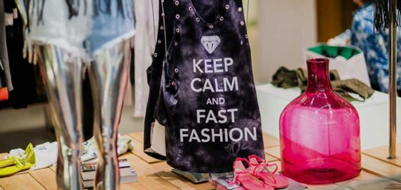 Baixe o app Moda Livre e saiba como são produzidas suas roupas