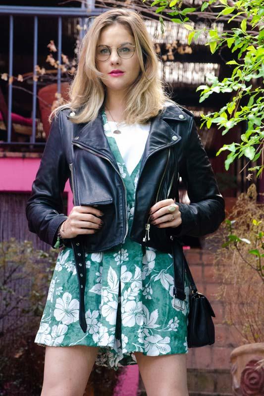 Como usar roupas de verão no inverno: aposte na biker jacket | Estilo ao Meu Redor