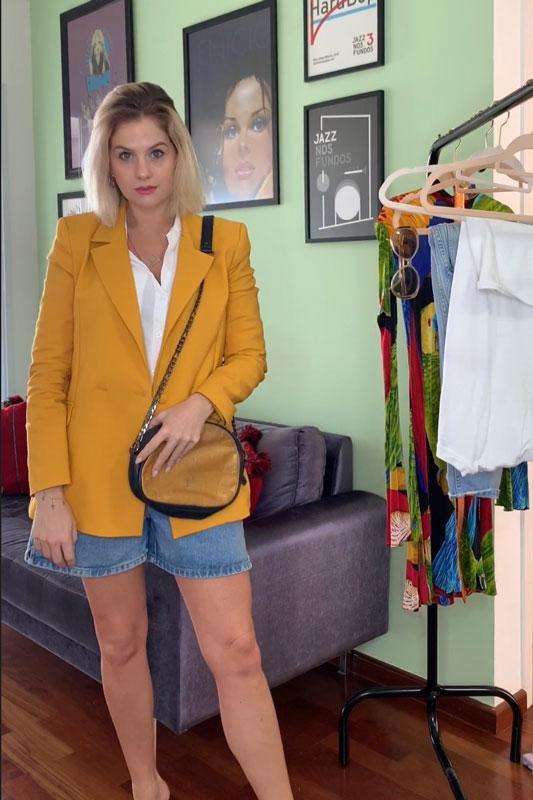 4 looks com um blazer mostarda da Amaro - Look básico arrumado