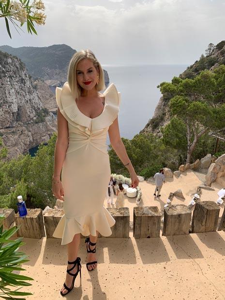 Eliza Rinaldi em vestido de festa, na falésia do Hacienda Na Xamena, em Ibiza