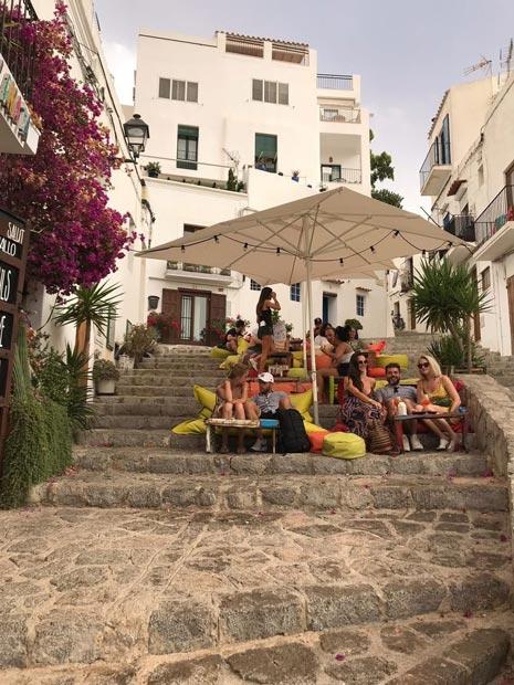 Eliza Rinaldi, Lisandro e uma amiga na escaderia bar la escalinata em Ibiza antiga