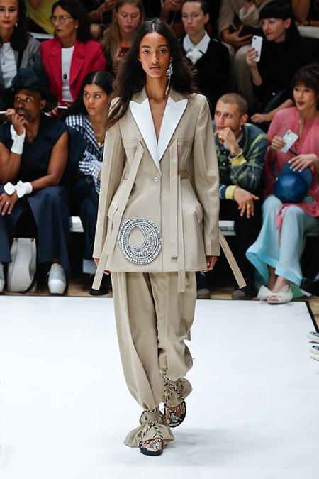 Desfile JW Anderson na LFW Primavera / Verão 20, modelo usa amplo terno em bege e gola branca.