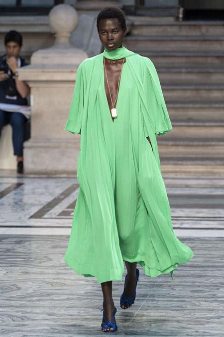 Desfile Victoria Beckham na LFW Primavera / Verão 20, modelo veste amplo vestido verde neon pastel e sandália de tiras azuis.