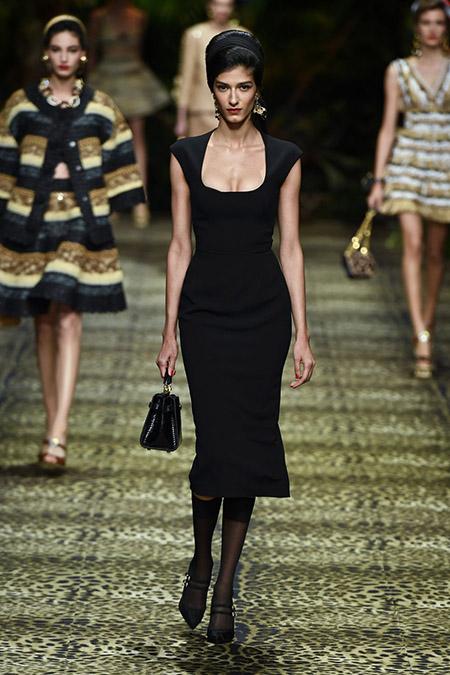 No desfile da Dolce e Gabanna da MFW Primavera / Verão 20, modelo veste vestido midi preto.