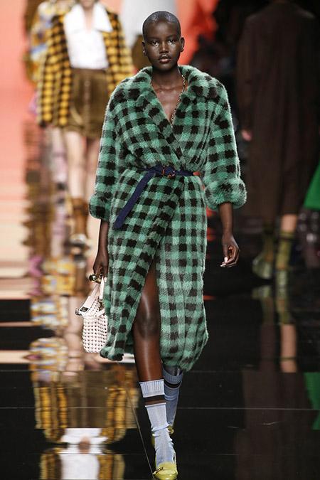 No desfile da Fendi da MFW Primavera / Verão 20, modelo veste casaco felpudo verde e preto xadrez e scarpins com meias 3/4 esportivas,
