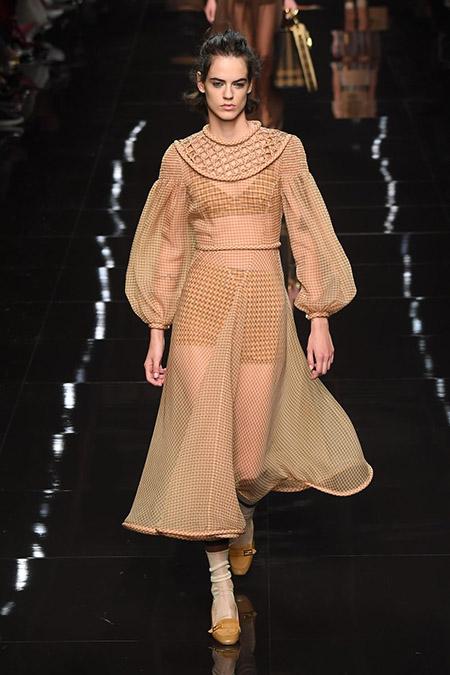 No desfile da Fendi da MFW Primavera / Verão 20, modelo veste vestido bege translúcido.