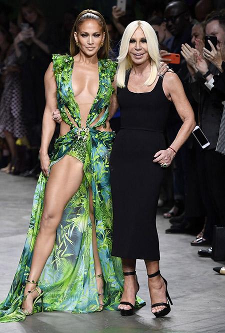 No desfile da Versace da MFW Primavera / Verão 20, Jennifer Lopez e Donatela Versace posam juntas.