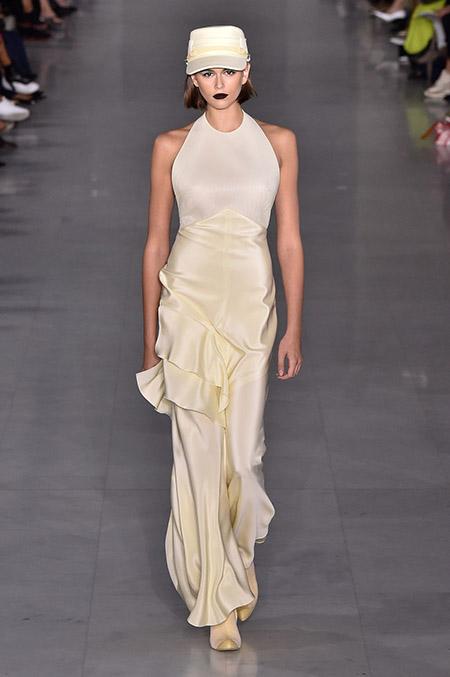 No desfile da Max Mara da MFW Primavera / Verão 20, modelo veste vestido longo amarelo claro.