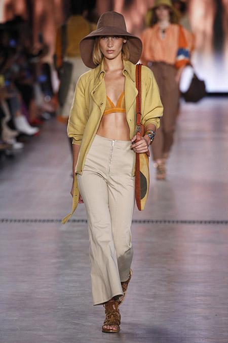 No desfile da Alberta Ferreti da MFW Primavera / Verão 20, Gigi Hadid veste calça bege, casaco amarelo claro e top.
