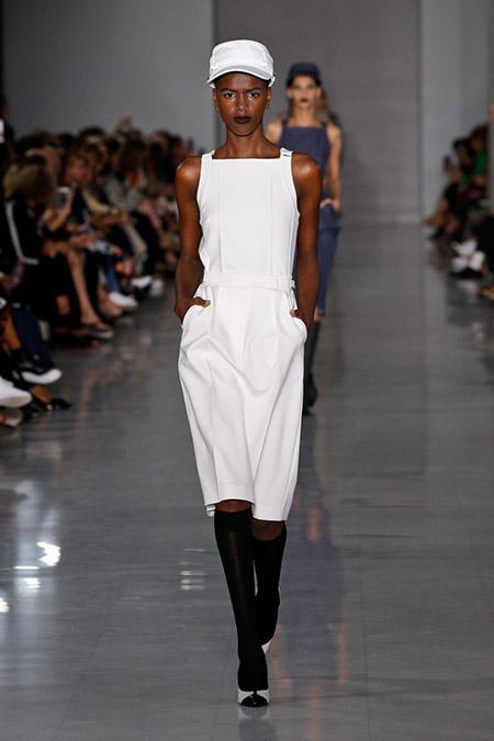 No desfile da Fendi da MFW Primavera / Verão 20, modelo veste vestido branco midi.