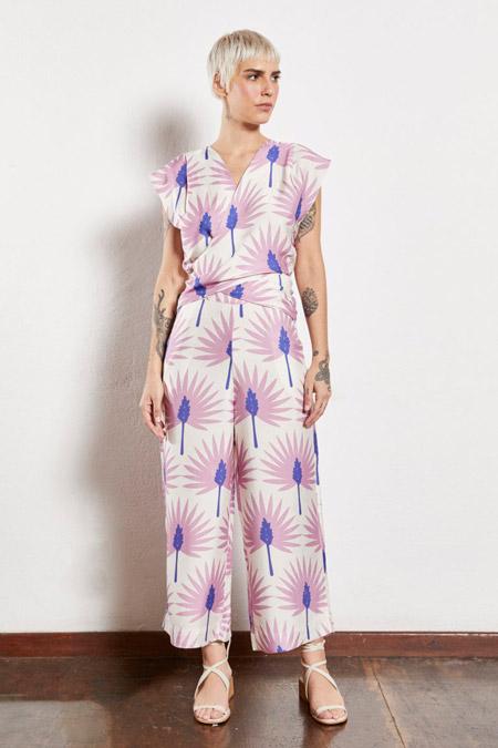 Modelo veste macacão com estampa leques