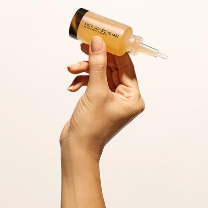 Mão segurando o frasco do sérum. EAMR Favoritos de Março