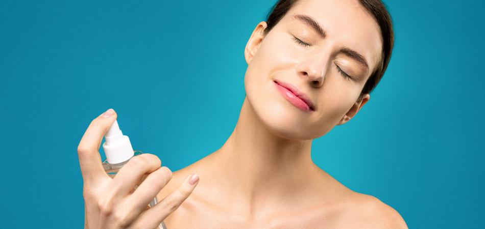 Pessoa aplicando ácido glicólico em spray