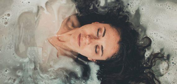 Aplicativos para cuidar da saúde mental: imagem de mulher deitada em banheira com água, vista de cima