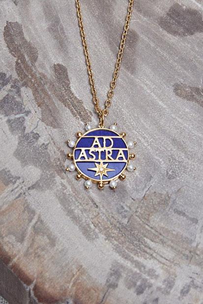 Imagem do pingente com os dizeres Ad Astra, em ouro, azul e pérolas.