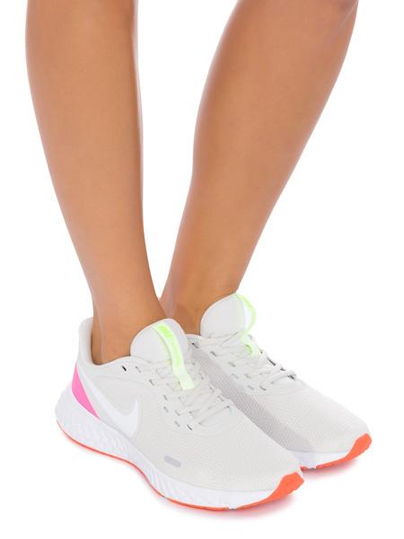 EAMR Guia de Presentes Dia das Maes, tênis Nike branco, com sola laranja e detalhes rosa