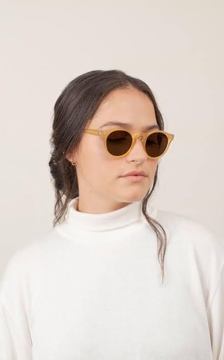Modelo usa o óculos de sol Bossa em acetato, da Zerezes