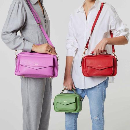 Bolsas coloridas e em tamanhos diversos da Adô Ateliê, em rosa chiclete, vermelho e verde pistache.