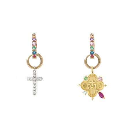 Brincos despareados da coleção Fé e Amor da designer de joias Carolina Neves.
