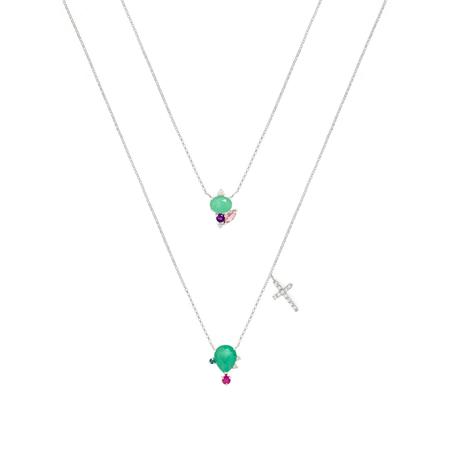 Escapulários da coleção Fé e Amor da designer de joias Carolina Neves, com cordão e detalhes na cor prata e pedras verdes