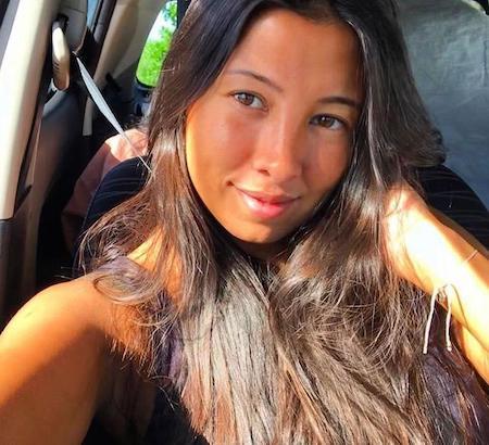 Fernanda Corrêa é uma mulher bronzeada, com longos cabelos castanhos.