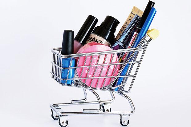 O método que sigo para gastar sem culpa, com o que gosto - carrinho de compras miniatura com maquiagens dentro