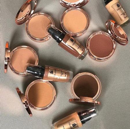 Foto dos frascos de maquiagem para peles negras da Nubia Afri.