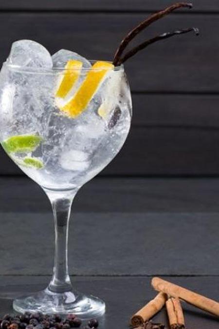 Foto de copo do drink com gin aromático