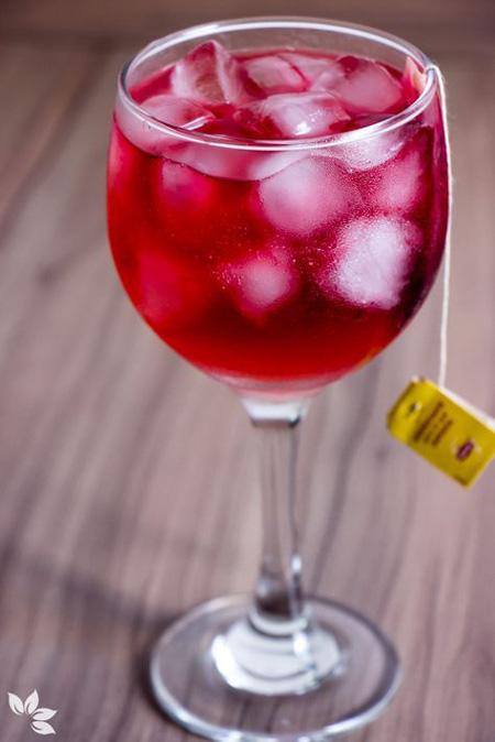 Drink com gin e chá de frutas vermelhas