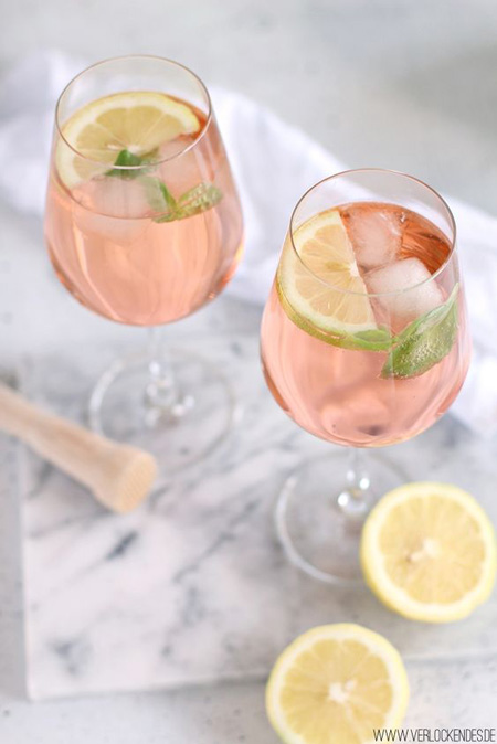 Gin tônica rosa e rodelas de laranja