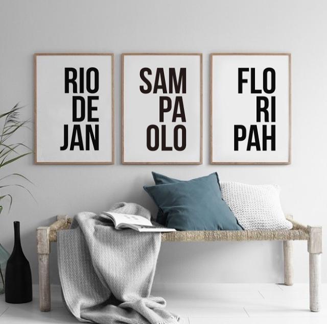 Fotos dos pôsteres na parede, com nomes das cidades escritas de forma afetuosa: Rio de Jan, Sam Paolo e Floripah.