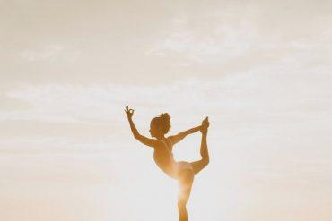 Mulher fazendo a postura de ioga: ballerina real